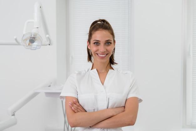 Mooie orthodontist glimlachen Premium Foto