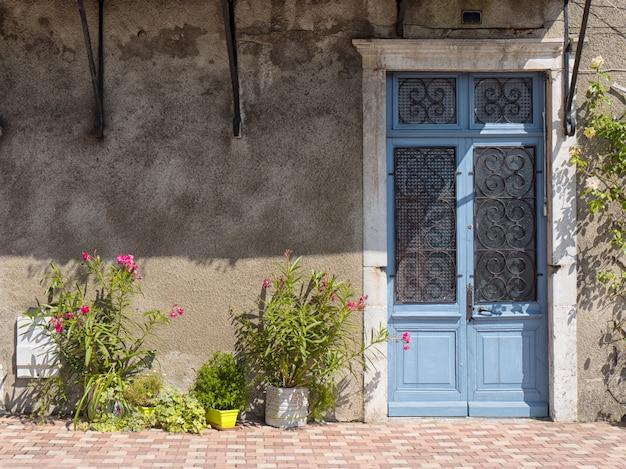 Mooie oude deur blauw geverfd Premium Foto