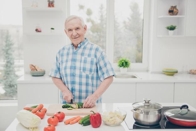 Mooie oudere paar poseren samen binnenshuis Premium Foto