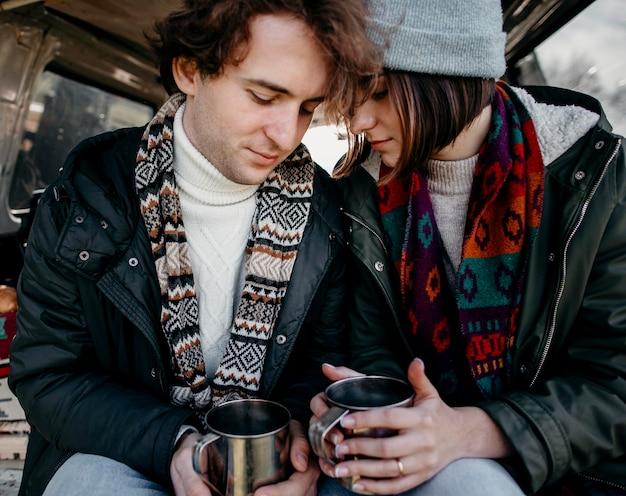 Mooie paar kopjes koffie houden in een busje Premium Foto