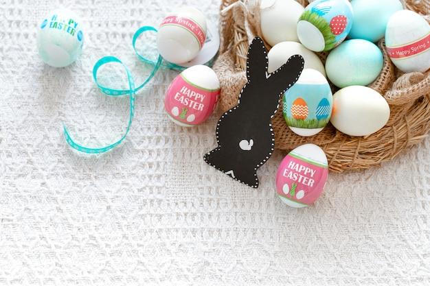 Mooie pasen-samenstelling met eieren en een haas. Gratis Foto