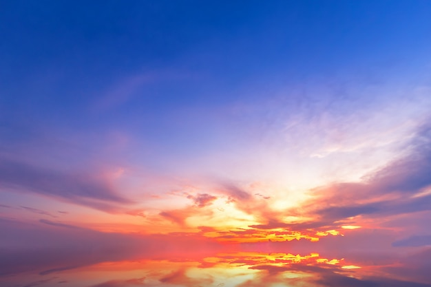 Mooie pluizige wolken met avondzonsondergang Premium Foto