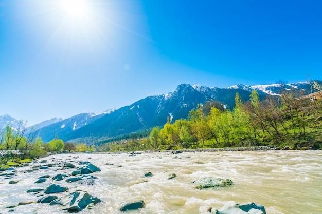 Mooie rivier en sneeuw bedekt bergen landschap kashmir staat, india Gratis Foto