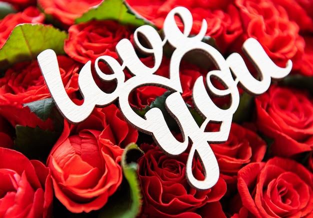 Mooie rode rozen met liefde je inscriptie Premium Foto