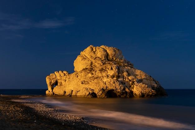 Mooie rots in het water 's nachts Gratis Foto