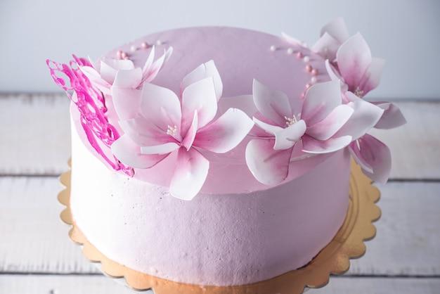 Mooie roze bruidstaart versierd met bloemen Premium Foto