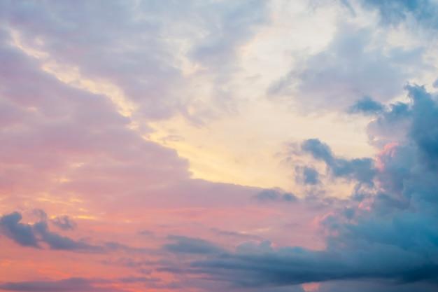 Mooie roze en blauwe hemel bij zonsopgang Premium Foto