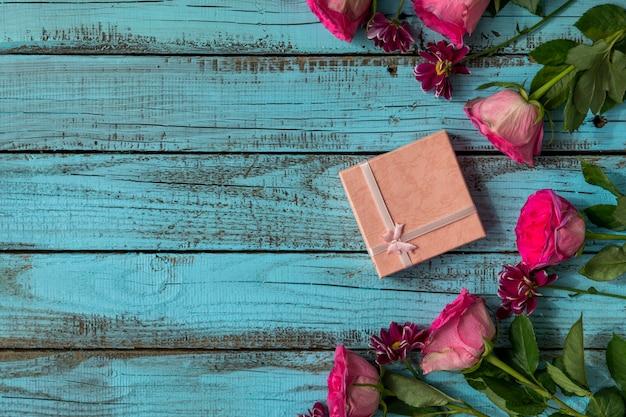 Mooie roze rozen en een klein geschenk Gratis Foto