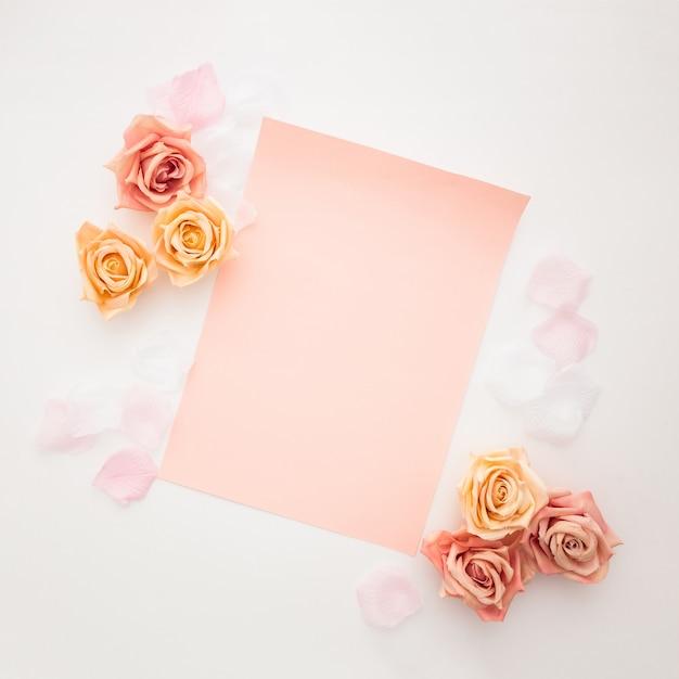 Mooie rozen met een leeg papier voor valentijnsdag Gratis Foto