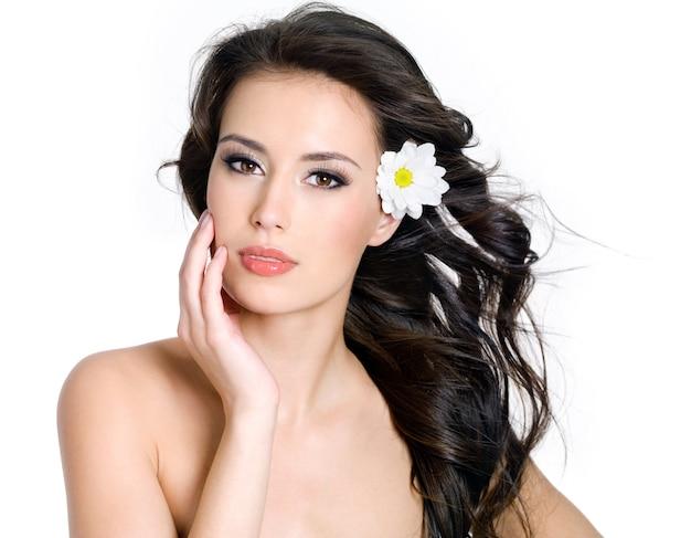 Mooie sensualiteit vrouw met frisse huid van gezicht - witte achtergrond Gratis Foto
