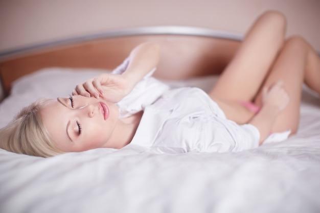 Mooie sensuele sexy jonge blonde vrouw tot in bed naakt Gratis Foto