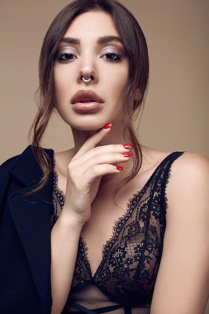 Mooie sexy brunette vrouw met sappige lippen in donker ondergoed Premium Foto