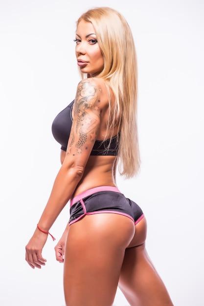 Mooie sexy fitness vrouw spieren tonen over wit Gratis Foto