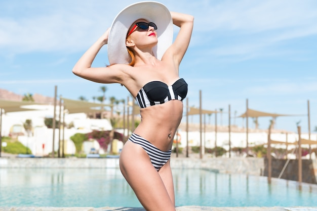 Mooie sexy vrouw dichtbij zwembad Gratis Foto