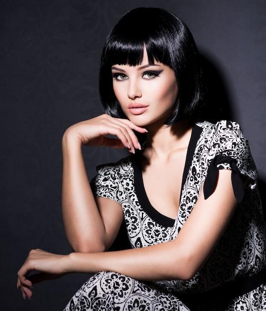 Mooie sexy vrouw met kort zwart haar poseren Gratis Foto