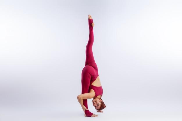 Mooie slanke vrouw in sportoverall die yoga doen Premium Foto