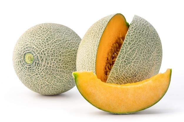Mooie smakelijke gesneden meloen geïsoleerd op een witte tafel achtergrond Premium Foto