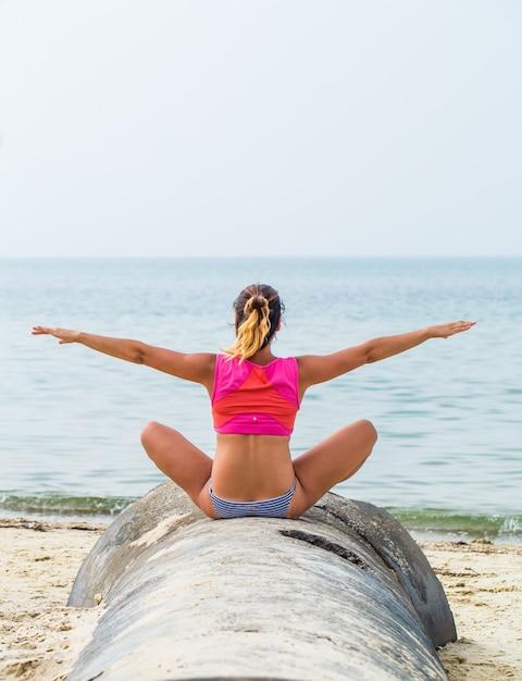 Mooie sportieve meisje op het strand sporten Gratis Foto