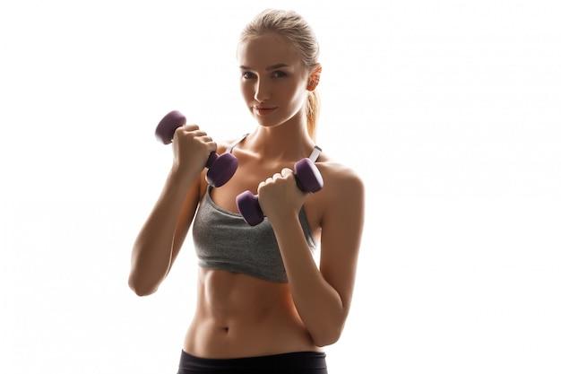 Mooie sportieve vrouw training met halters Gratis Foto