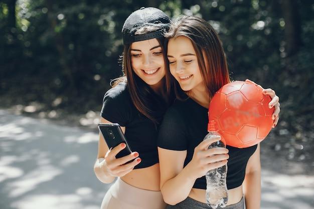 Mooie sportmeisjes in een zomer zonnig park Gratis Foto