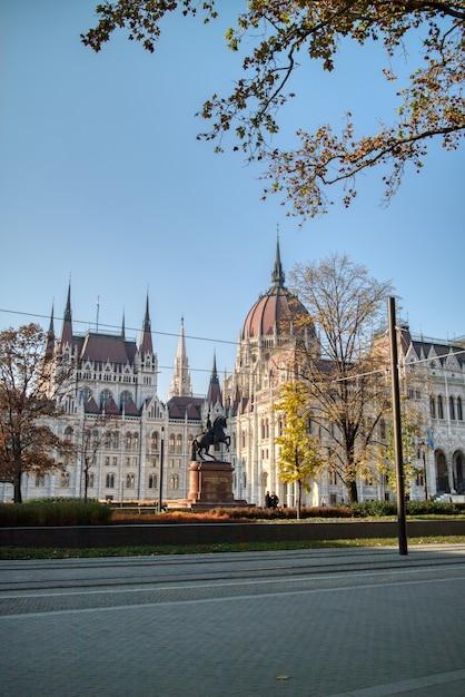 Mooie stadsgezicht van monument rakoczi ferenc ruiterstandbeeld op de achtergrond van het hongaarse paleis gebouw, boedapest, hongarije. Premium Foto