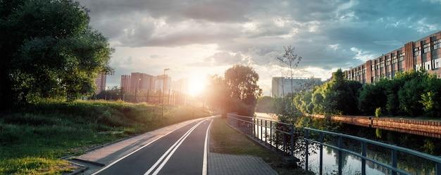 Mooie stadszonsondergang, stadsstraat bij zonsondergang in de avond Premium Foto