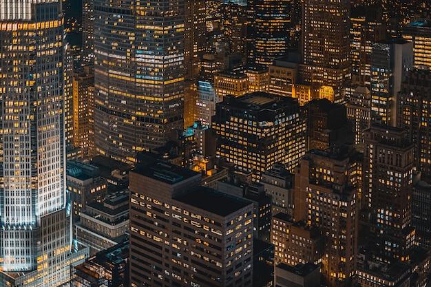 Mooie stedelijke stad bij nacht van hierboven wordt geschoten die Gratis Foto