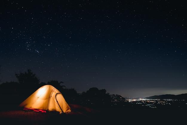 Mooie sterrennacht. op de donkere avond een foto maken op de hoge berg. lange sluitertijd en hoge iso-foto. Premium Foto