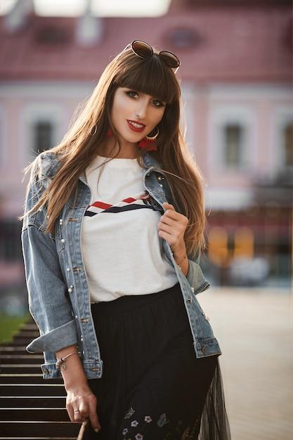 Mooie stijlvolle vrouw in een spijkerjasje Premium Foto