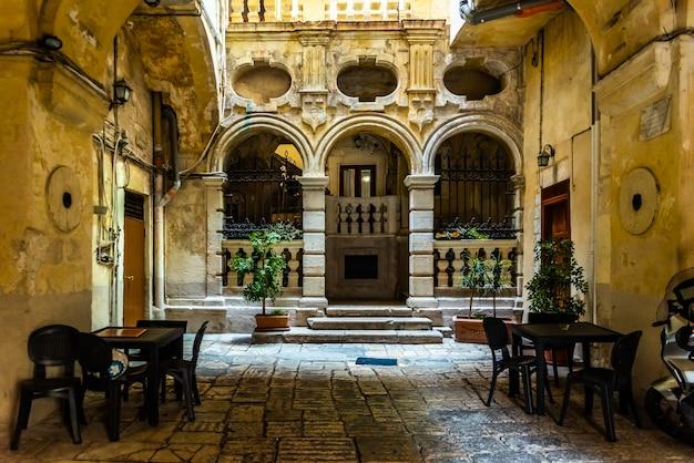 Mooie straten van bari, italiaanse middeleeuwse stad. Premium Foto