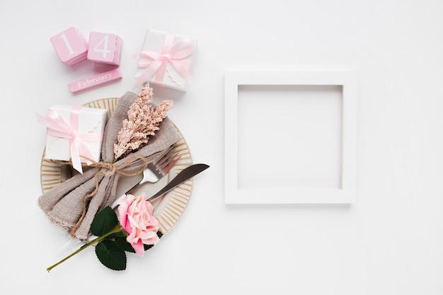 Mooie tafel instelling bovenaanzicht voor valentijnsdag op wit Gratis Foto
