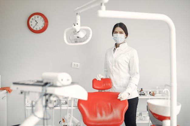 Mooie tandarts die aan een tandkliniek werkt Gratis Foto