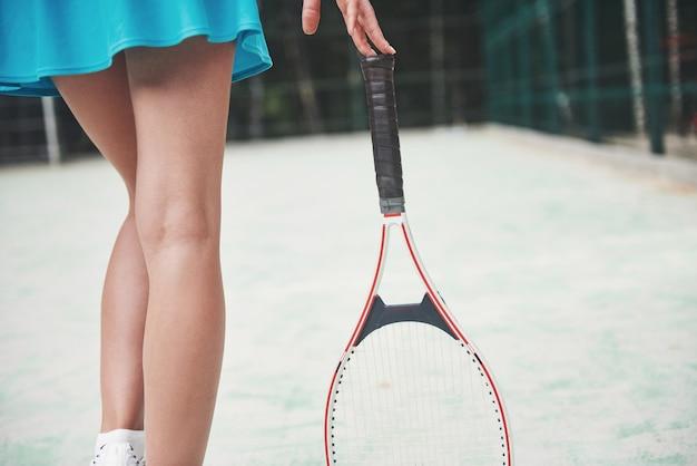 Mooie tennisbenen op de baan met een racket. Gratis Foto