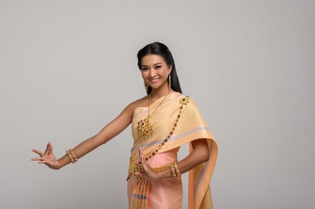 Mooie thaise vrouw die thaise kleding en thaise dans draagt Gratis Foto