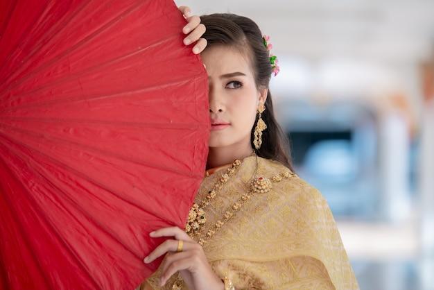 Mooie thaise vrouw in klederdracht kostuum in de tempel van thailand Gratis Foto