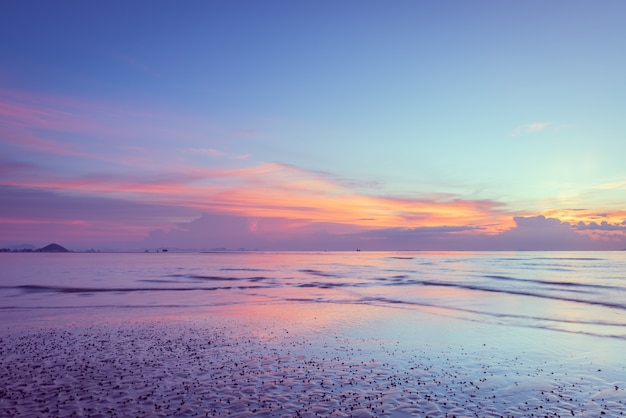 Mooie tropische roze blauwe overzeese zonsondergang en gele wolken Premium Foto
