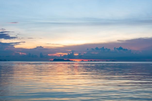 Mooie tropische roze blauwe overzeese zonsondergang en gele wolkenachtergrond Premium Foto