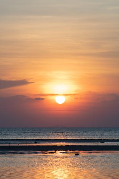 Mooie tropische strandzonsondergang met gouden lichtenachtergrond, koh samui thailand Premium Foto