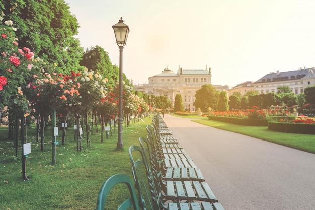 Mooie tuin met kleurrijke rozen in wenen Premium Foto