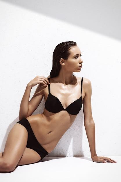 Mooie verleidelijke jonge vrouw in sexy lingerie Premium Foto