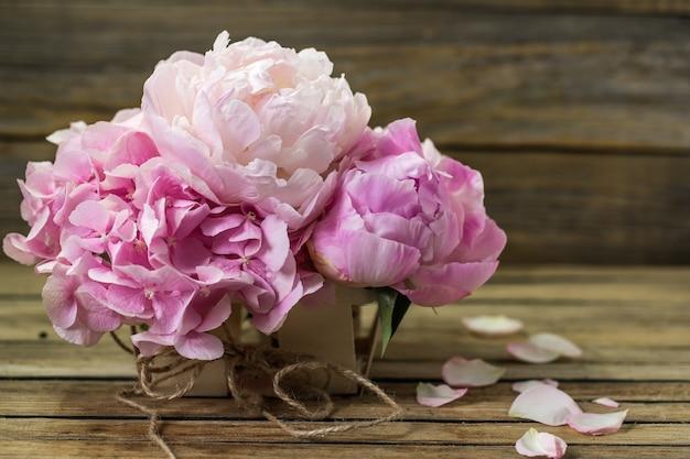 Mooie verse bloemen op houten achtergrond, diverse bloemen, plaats voor tekst, close-up Gratis Foto