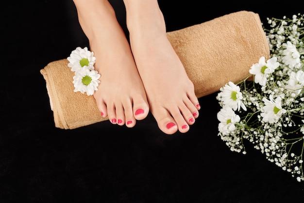 Mooie verzorgde voeten op handdoek Premium Foto