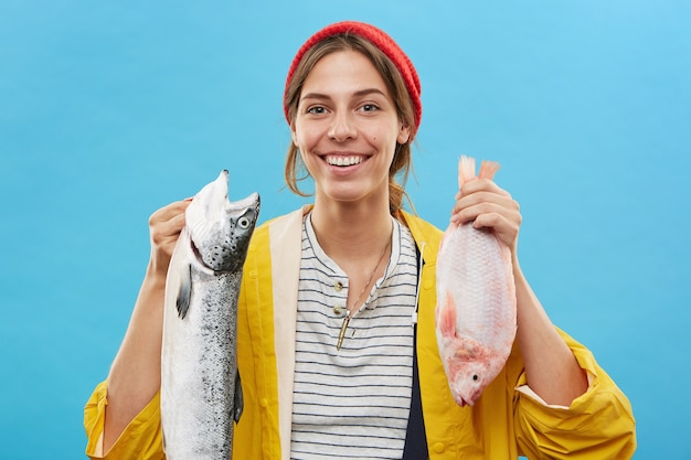 Mooie vissersvrouw met een opgewekte uitdrukking Gratis Foto