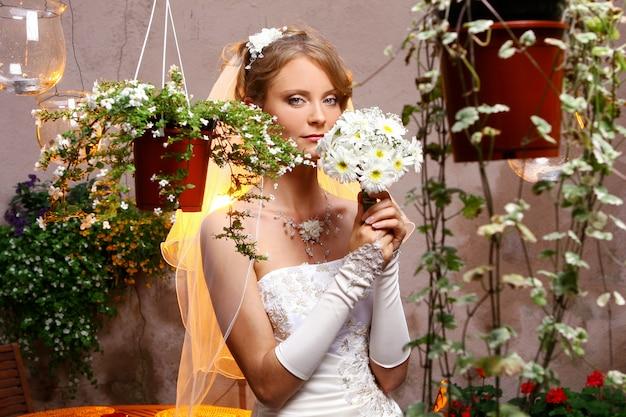 Mooie volwassen vrouw op bruiloft Gratis Foto