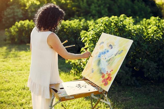 Mooie volwassen vrouwentekening op een de zomergebied Gratis Foto
