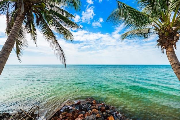 Mooie vroege ochtend zonsopgang boven kokosnoot boom met de zee de horizon op hat chao lao strand in chanthaburi thailand. Premium Foto