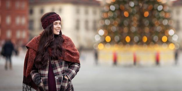 Mooie vrolijke vrouw in de stad Premium Foto