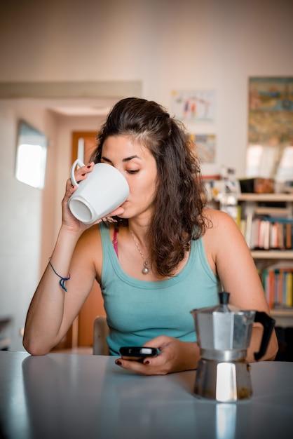 Mooie vrouw aan het ontbijt Premium Foto
