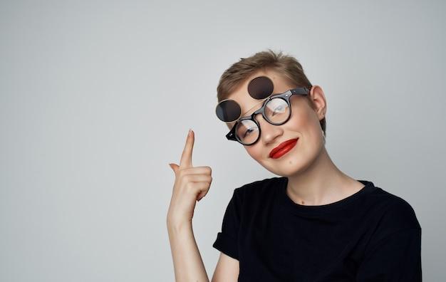 Mooie vrouw aantrekkelijke look rode lippen bril mode studio. Premium Foto