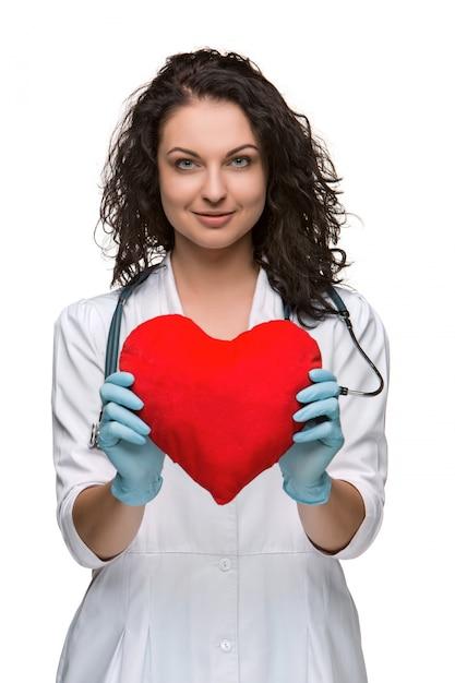 Mooie vrouw arts die een rood hart houdt Gratis Foto
